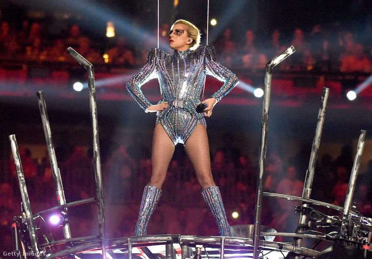És Lady Gaga már meg is érkezett...