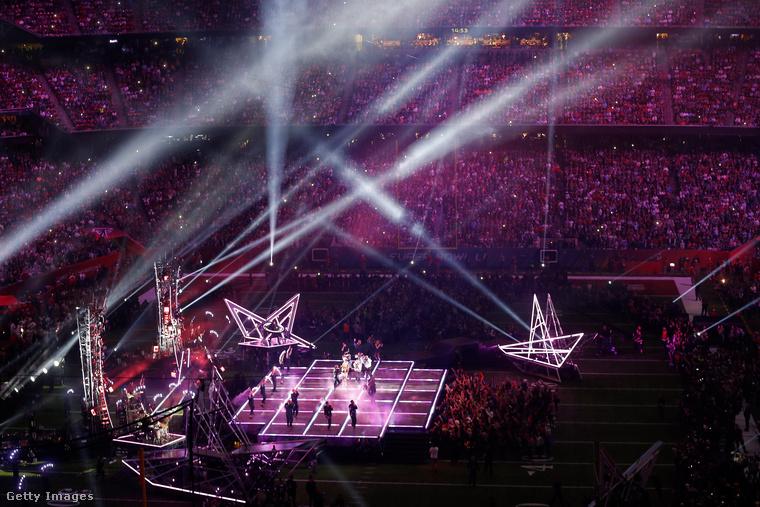 Csak mutatnánk a stadion és a színpadot, hogy még jobban átérezhesse, milyen körülmények között repkedett az énekesnő.