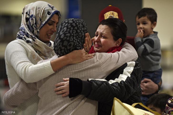 Egy a Virginia állambeli Woodbridge-ben élő iraki család köszönti nagymamájukat a sterlingi Dulles nemzetközi repülőtéren 2017. február 5-én.