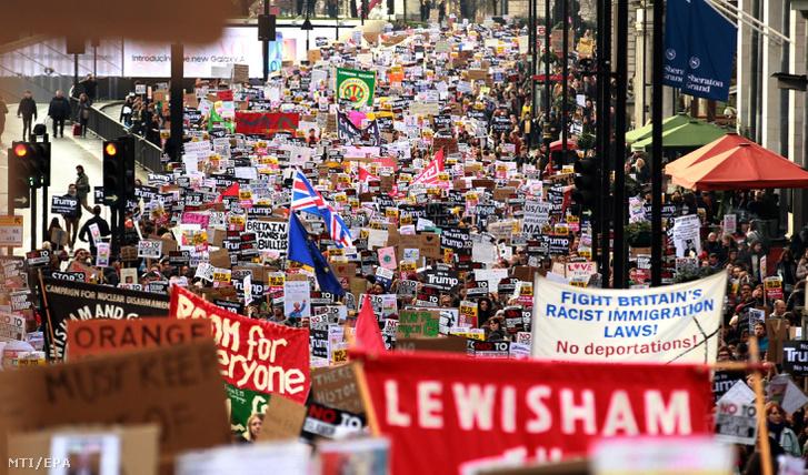 Donald Trump amerikai elnöknek a bevándorlást átmenetileg korlátozó rendelete ellen tüntetnek Londonban 2017. február 4-én.