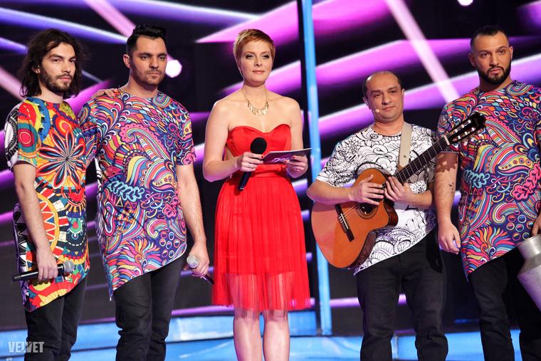 Tatár Csilla itt a Roma Soul nevű zenekarral látható