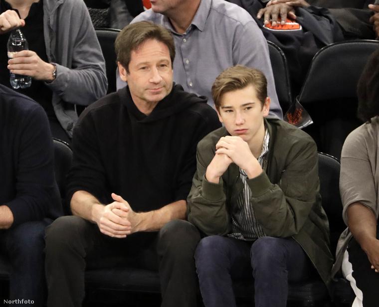 Íme: a kéztördelő személy David Duchovny, aki fiának, Kyd Miller Duchovny-nak mutatja meg, hogy néz ki egy kosárlabda élőben