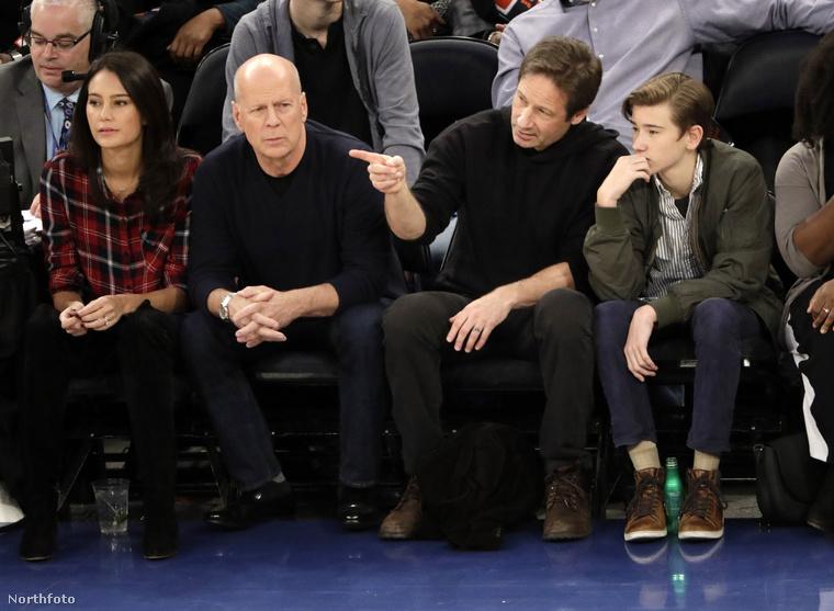 Amíg Bruce Willis azon morfondírozik, mikor jön már a pincér, Duchovny segít a fiának megszámolni a jelenlévő rajongókat