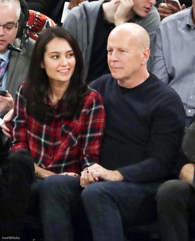 Bizony, ő Bruce Willis, aki feleségét, Emma Heming-Willis-t ölelgetve szurkol aggodalmaskodó arccal