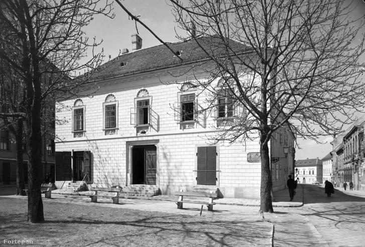 A Vörös Sün ház a Hess András téren