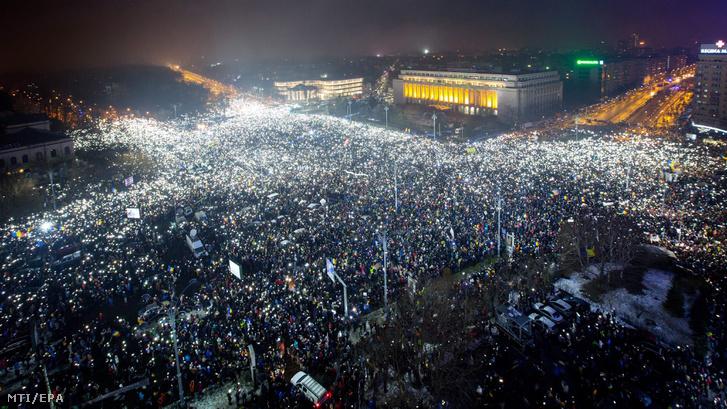 A szociálliberális román kormány sürgõsséggel elfogadott a büntetõ törvénykönyvet és a perrendtartást módosító rendelete miatt tiltakoznak tüntetõk.