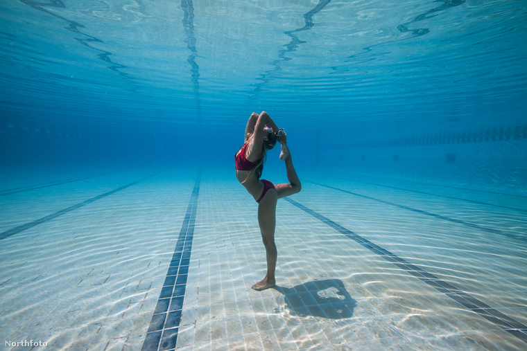 Middleton éppen egy hat és fél perces, víz alatti jógagyakorlatot végez egy medencében
