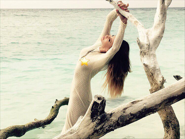 Az előző fotó egy sorozat része, ami a Maldív-szigeteken készült, és Magyarország fánk-nagyasszonya így kívánt boldog Újévet a követőinek.
