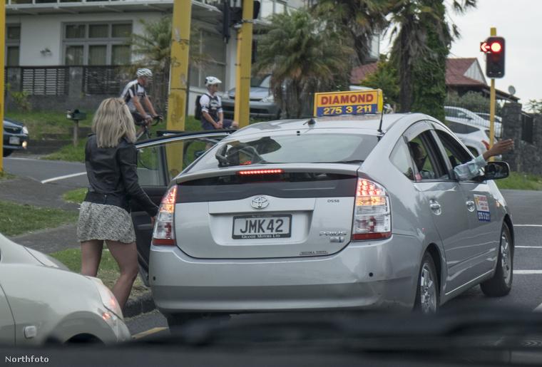 Igen ám, csak sajnos meg kellett állítani a taxit pár száz méter után, mert a lánybanda egyik tagja rosszul lett
