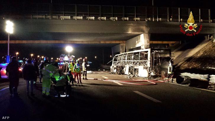 Az első információk szerint gond lehetett a busz kerekeivel.