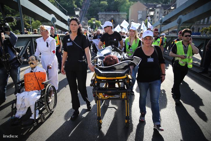 Egészségügyi dolgozók tüntetnek Budapesten 2015 májusában