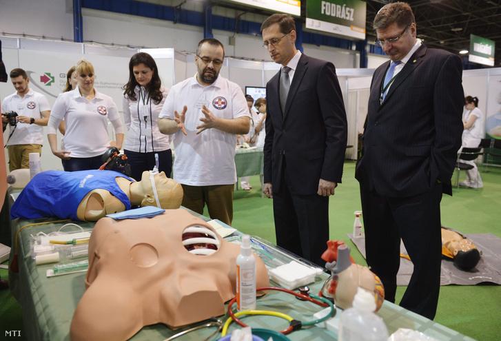 Varga Mihály nemzetgazdasági miniszter az egészségügyi ápolók versenyének helyszínén az EuroSkills és a WorldSkills nemzetközi szakmai versenyek előválogatóinak hazai döntőjén (2014)