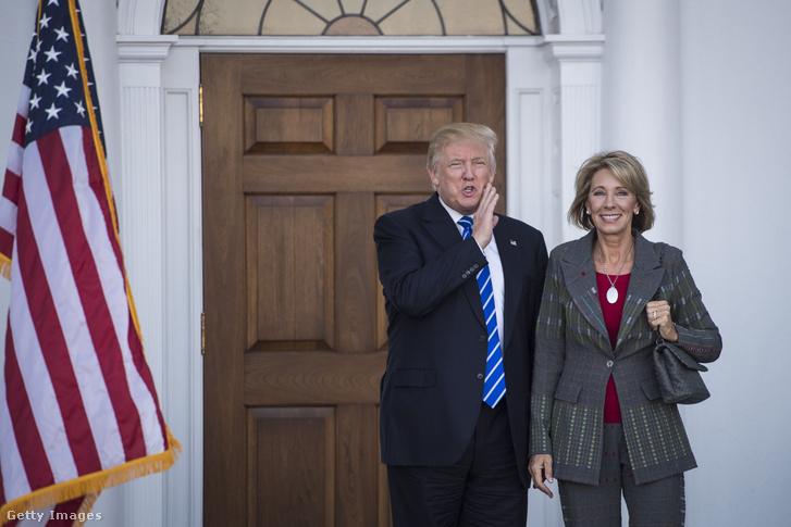 Donald Trump és Betsy DeVos