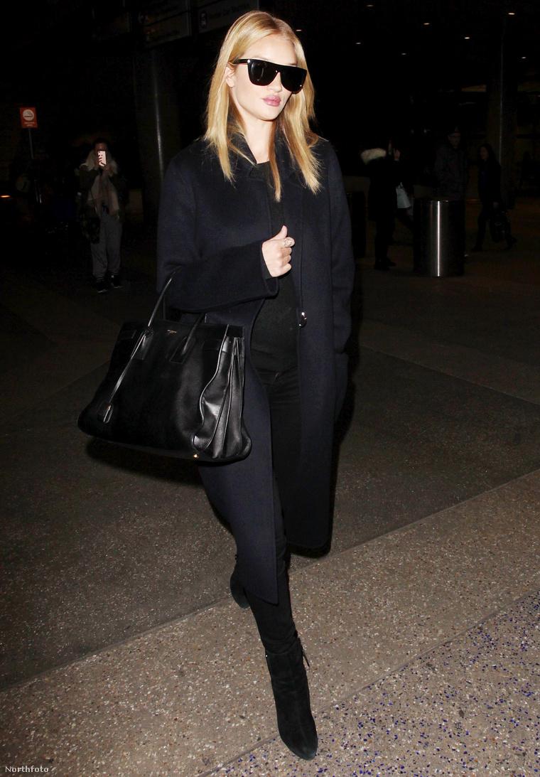 Rosie Huntington a Los Angeles-i reptéren 2017. január 24-én.
