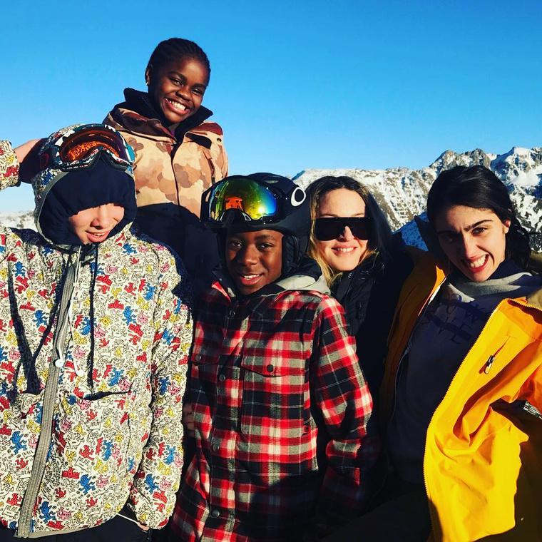 Madonna gyermekei körében, balról jobbra: Rocco, Mercy James, David Banda és Lordes.