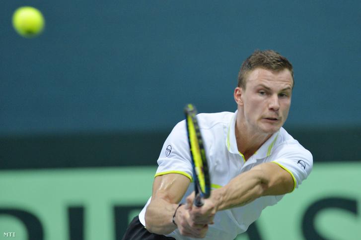 Fucsovics Márton játszik a szlovák Martin Klizan ellen a Szlovákia-Magyarország tenisz Davis-kupa euro-afrikai zóna I-es csoportjának első egyes mérkőzésén Pozsonyban 2017. február 5-én.