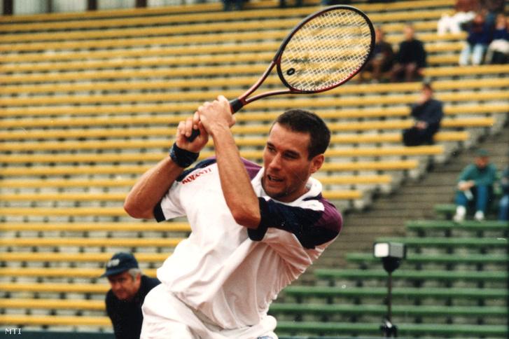 1995. szeptember 22. Magyarország-Ausztrália Davis-kupa-mérkőzés. A világcsoportba jutás jogáért szeptember 22-24. között került megrendezésre a Magyarország-Ausztrália Davis-kupa-mérkőzés. Felvételeink a Noszály Sándor-Mark Philippoussis mérkőzésén készültek. A képen: Noszály Sándor.