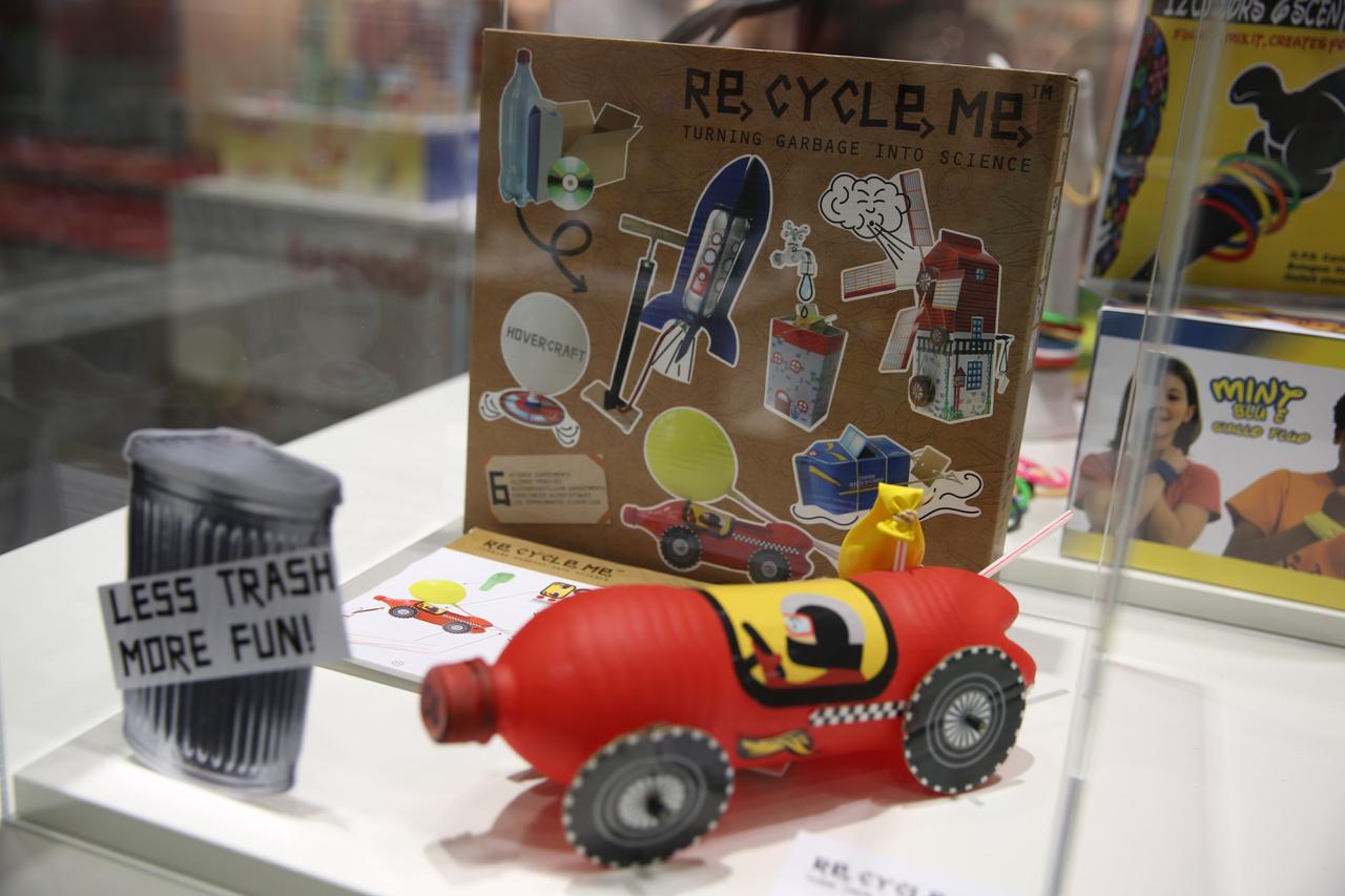 Recycle me: A kreativitás és a környezettudatosság kombinációja egyre több játéknál felfedezhető. Mondhatni, divatba jött a környezettudatosság, a Magyarországon igen népszerű 4M tudományos és kreatív játékoknál is megjelenik.