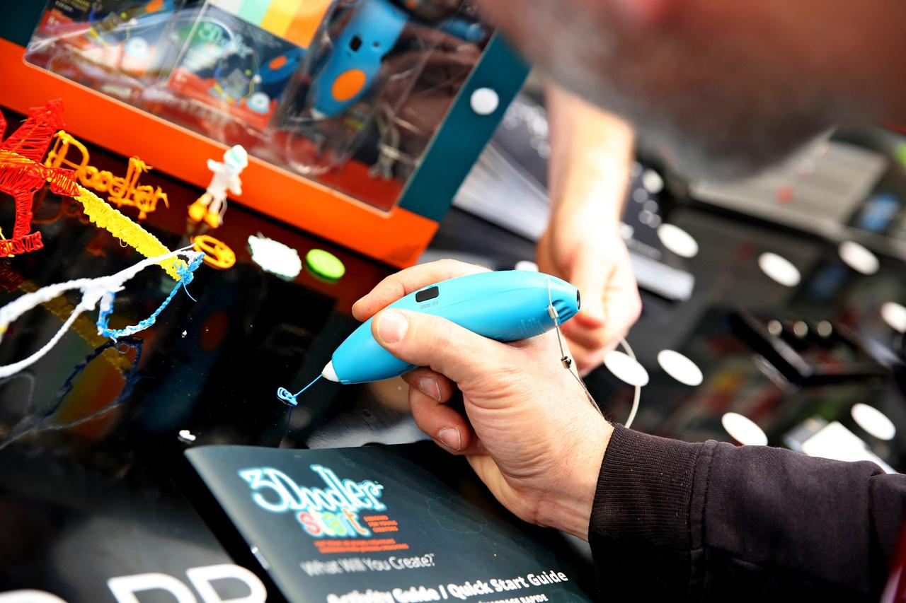 3D tollak: A 3D nyomtatók megjelenése után várható volt, hogy egyszerűbb verzióban a játékpiacon is elterjed a 3D technológia. Működésének lényege, hogy a 3D tollba befűzött színes, műanyag szál felmelegszik, és pillanatok alatt megolvad, ezáltal tetszés szerint formázhatóvá válik. Rendkívül gyorsan kihűl és meg is szilárdul, létrehozva a kívánt alkotást.                          3D alkotások: A kreatív játékok manapság is jelentős hányadát adják a játékpiacnak, üdítő színfolt a választékban a 3D toll. Az előző esztendőkben már megjelent a 2D-ben rajzoló változat, mostanra pedig a kínálatunkban is megtalálható 3D változat hódít a játékpiacon. Szinte bármit elkészíthetünk a különböző színeket kombinálva, csak a fantázia szab határt az alkotásnak.