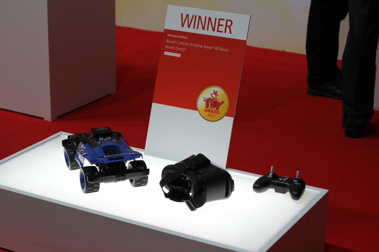 Revell: ez a virtuális valósággal és távirányítóval kombinált autó az idősebb fiúkat célozza meg. A virtuális valóság szemüvegben az autó perspektívájából követhetjük nyomon a száguldást, amely nem mindennapi élményt nyújt. A Revell távirányítós autó a tinédzser játék kategória győztese lett a 2017-es Nürnberg Spielwarenmesse játékvásáron.