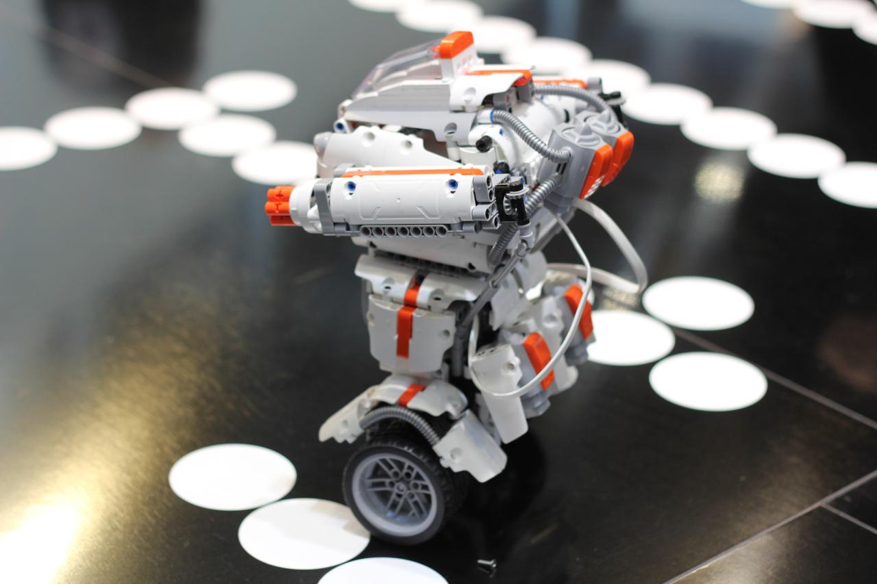 Két kerekén egyensúlyozik ez a csinos robot.  LEGO Technic elemekre kísértetiesen emlékeztető alkatrészekből áll össze, és persze kínai. Megtapogatva, a darabokat a dobozából kivéve is minőségi az összhatás