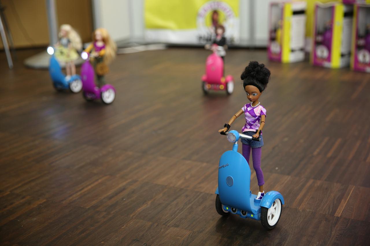 A SmartGurlz: ötvözi a lányok divatbabák iránt szeretetét és azt a trendet, hogy világszerte próbálják a tech iparágat, a programozást közelebb hozni a lányokhoz. A babát hordozó motor letölthető applikációkkal programozható. Az ilyen játékok magasabb, prémium árkategóriát képviselnek, így általában kevesebb fogy belőlük.