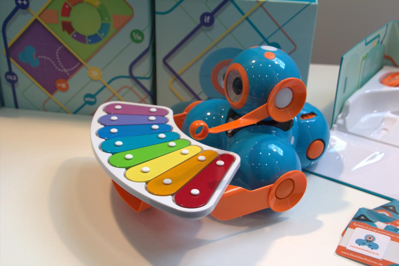A Dash elnevezésű robot játszva tanítja a gyereket a programozás rejtelmeire, már 5 éves kortól. Egyre több interaktív, programozható játék vagy applikációval kiegészített játék jelenik meg a piacon, de még mindig a hagyományos játékok keresettebbek. A kis Dash robot énekel, táncol, körbemegy a lakásban, és kiegészítőivel felszerelve még különlegesebb dolgokat visz véghez. A beépített szenzorok segítségével reagál a környezetre és a gyermekre is. Kikerüli az akadályokat, fel tudja venni a gyermek üzenetét, és tud akár mini-kosárlabdázni is.