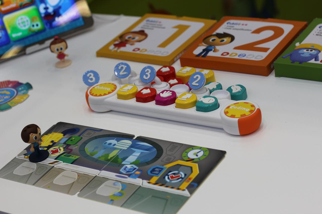 A programozás lényegét a mögötte húzódó logika megértése adja. Ez a játék is arra tesz kísérletet, hogy közelebb hozza a programozást a gyerekekhez. Jelenleg a programozással kapcsolatos játékok még mindig kis szeletét képviselik a piacnak. Tapasztalatunk szerint a magyar szülők elsősorban a saját gyermekkorukból ismert és kedvelt hagyományos játékokat szeretnék megismertetni gyermekeikkel.