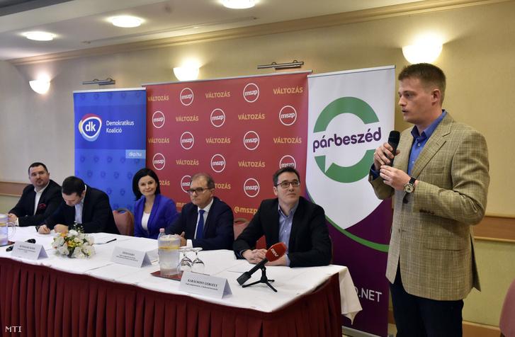 A zuglói időközi önkormányzati képviselő-választáson induló Bitskey Bence a Magyar Szocialista Párt (MSZP) a Demokratikus Koalíció (DK) a Párbeszéd és az Összefogás Zuglóért Egyesület közös jelöltje (j) az őt bemutató sajtótájékoztatón