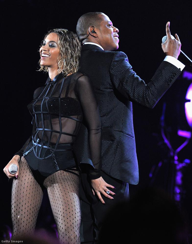 De az átlátszó ruháknál is jobb volt, mikor Beyoncé ilyen kedvesen markolászta Jay-Z fenekét a közös fellépésük alatt.