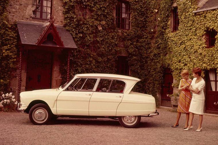 Citroen Ami 6 (1961-1969) - A képen akár az is szerepelhetne a szemlélődő hölgyek fölött egy szövegbuborékban: ezt meg így hogy? Egészen rendkívüli forma, ráadásként az első olyan autók egyike, amelyek nem kerek lámpával készültek