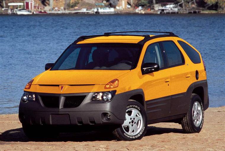 Pontiac Aztek (2000-2005) - A maga széttagolt orrával, furcsán lejtő tetővonalával, magasra emelt seggével és szögletes sárvédőíveivel ez az az autó, amelyen igazán nehéz szép részletet találni