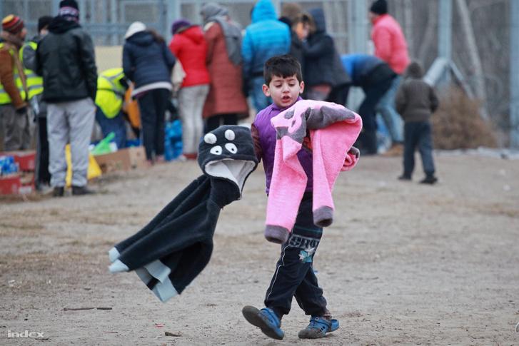 Várakozó menekültek a röszkei tranzitzónában, 2016. karácsonyán