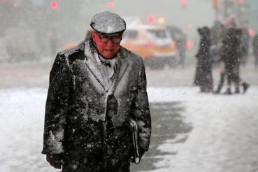 Bostonban, Philadelphiában és New Yorkban több iskolában csütörtökre tanítási szünetet rendeltek el a havazás miatt, több helyen az állami hivatalok is zárva tartanak