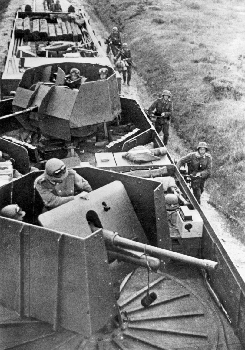 Légvédelmi ágyúkkal felszerelt német páncélvonat a keleti fronton, 1941.