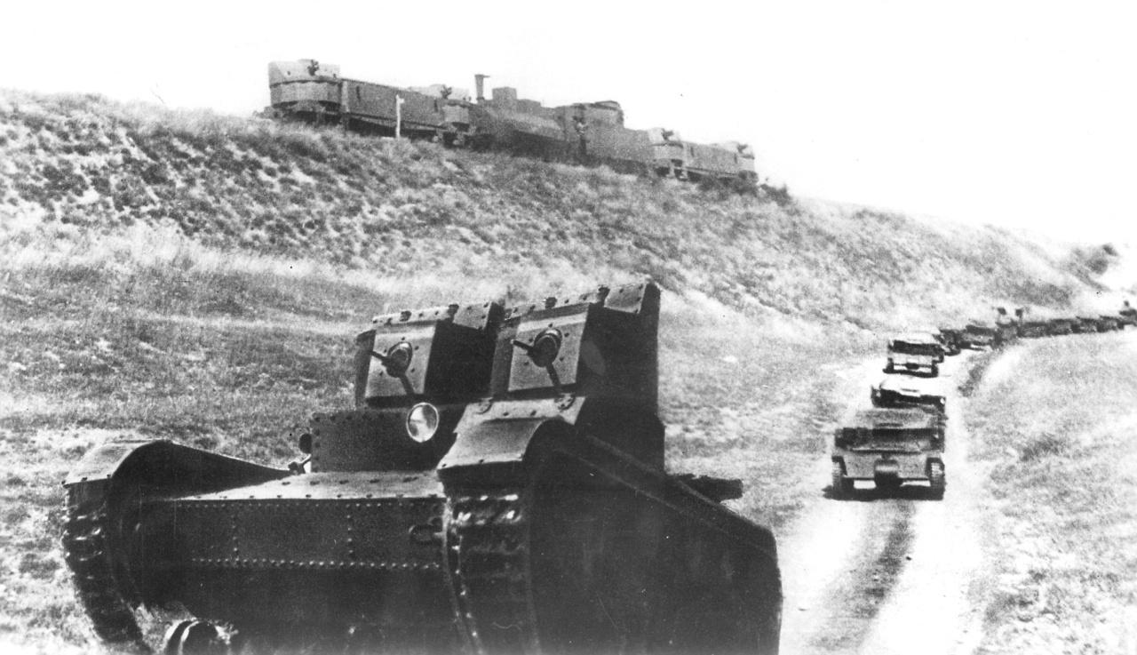 1926. A Vörös Hadsereg tankjai gyakorlatoznak, háttérben egy szovjet páncélvonat.