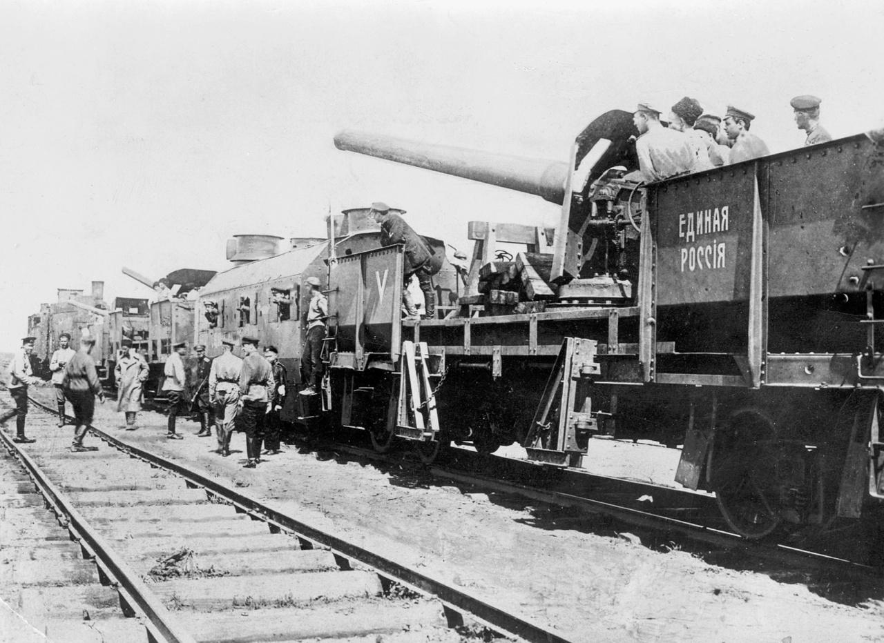 1919: a bolsevikek ellen harcoló Egyesült Oroszország nevű páncélvonat önkéntes katonákkal, haditengerészeti ágyúval
