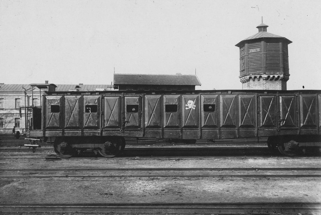 1918: halálfejes bolsevik páncélvonat vagonja Ukrajnában, a csaplini állomáson.