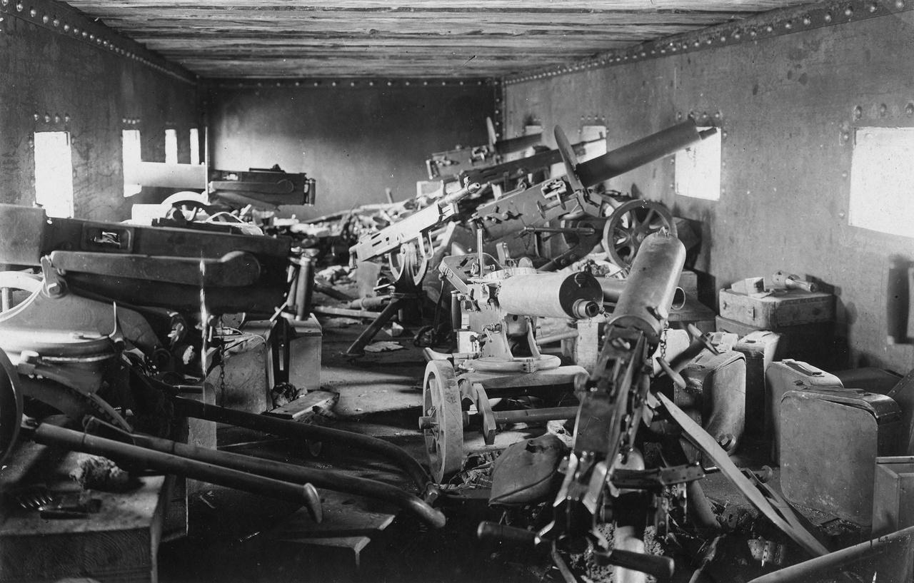 1918: géppuskaállások egy német páncélvonat lövészkocsijában.