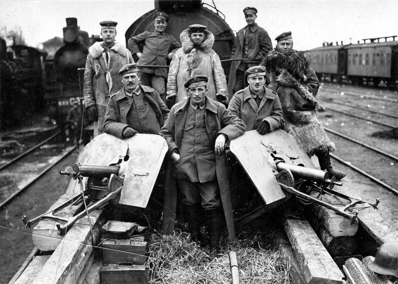 1918: ukrajnában harcoló páncélvonaton szolgáló német katonák csoportképe.