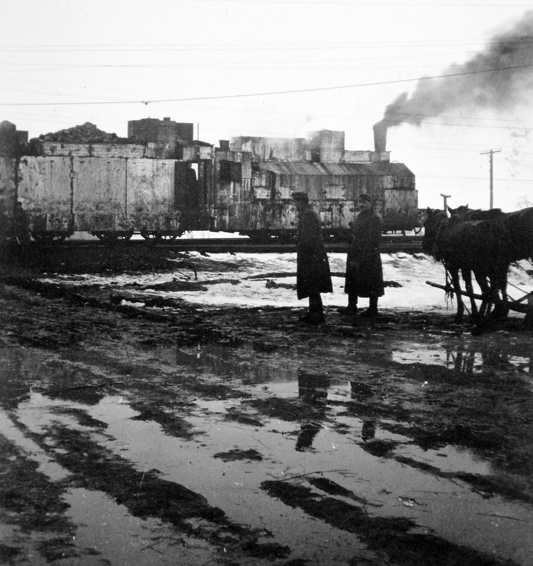 1942: páncélvonat halad az orosz pusztában.