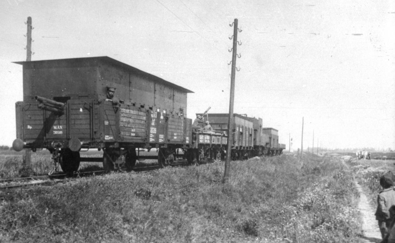A Tanácsköztársaság Vörös Hadseregének IX. sz. páncélvonata a Kun Béla-féle 1919-es kommunista diktatúra idején. Összetétele (hátulról előre): lövegkocsi, légvédelmi géppuska platformmá alakított pőrekocsi, lövészkocsi, részben páncélozott gőzmozdony, lövészkocsi, előfutó pőrekocsi.