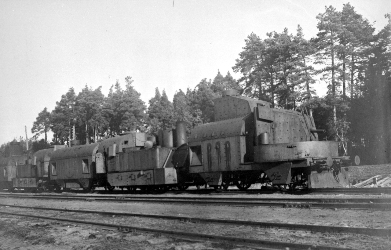 Osztrák-magyar nehéz páncélvonat 1915-ben vagy 1916-ban. Megfigyelhető, hogy két lövegkocsiból, két mozdonyból és egy parancsnoki lövészkocsiból áll a szerelvény.