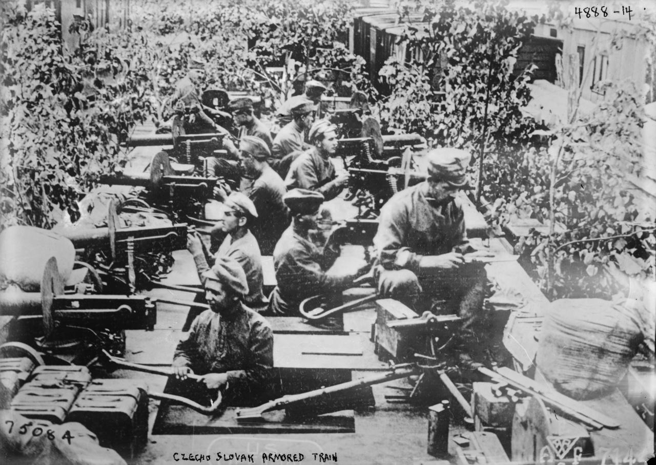 Géppuskákkal felszerelt csehszlovák páncélvonat az I. világháború idején, a kép készítésének pontos dátuma nem ismert.