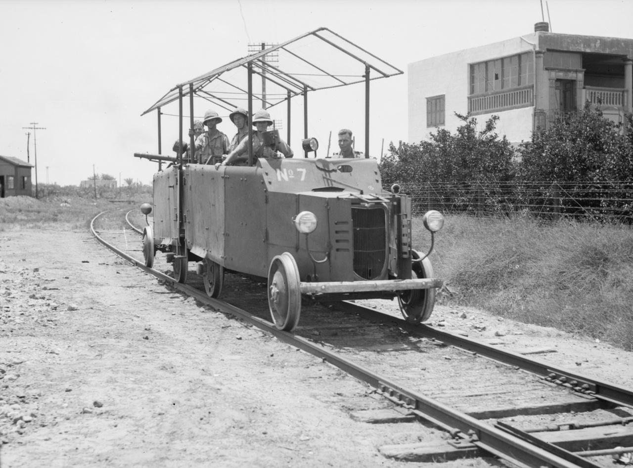 1938: két autóból rögtönzött páncélozott kocsiszerelvény Ludd (ma Lod) városánál, Izraelben.