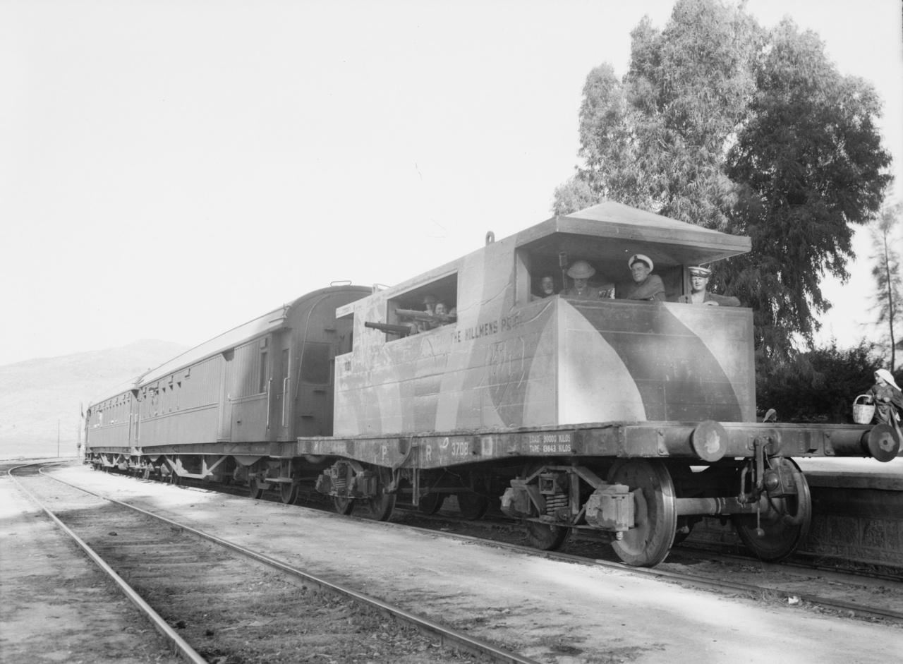 1936: betonbunker pőrekocsin a palesztinai arab felkelés idején, a benne megbújó fegyveresek a személyvonatot védték.