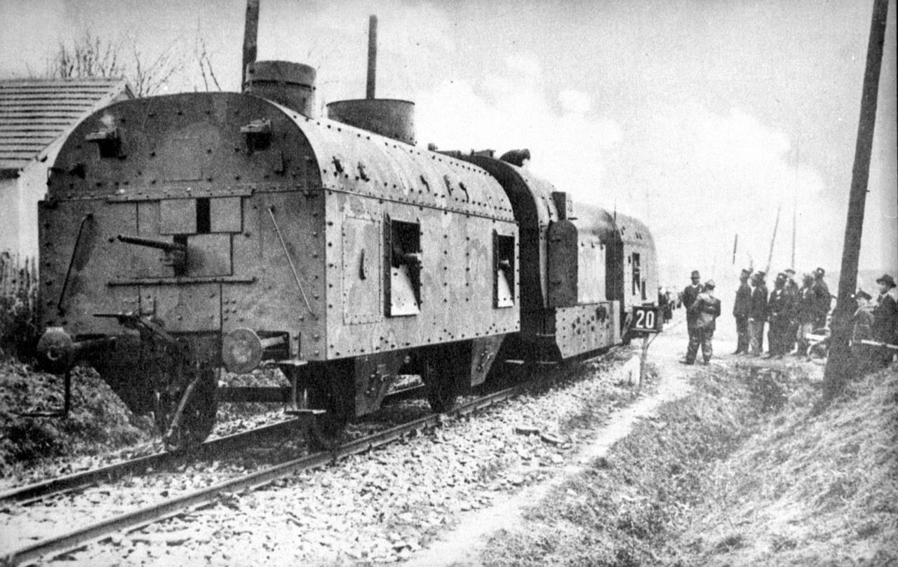 """A 101. jelzésű magyar páncélvonat 1938-ban Sajószentkirályon, az első bécsi döntést követő felvidéki bevonulás során. Ez a páncélvonat volt az ún. """"magas páncélvonat"""" (akárcsak a 103. jelzésű), kocsijainak magassága miatt. A hátsó kocsin megfigyelhető egy hátrafelé tüzelő 3,7 cm-es kaliberű könnyű páncéltörő ágyú, illetve lőrések a géppuskáknak és a legénység puskáinak, valamint a tetőn kialakított toronyban 2 cm-es kaliberű páncéltörő puska. A középre besorolt MÁV 377 sorozatú szertartályos gőzmozdonyon felső páncélozásának tetején részben megfigyelhető a füstelvezető csőrendszer, ami a füstöt levezette a talajszint közelébe, ezzel segítve a páncélvonat nehezebb észlelhetőségét. Az első lövegkocsi 8 cm-es kaliberű löveggel és két géppuskaállással, és a puskák számára további lőrésekkel, továbbá tetőtornyában a hátsó kocsihoz hasonlóan egy 2 cm-es páncéltörő (azaz nehéz)puskával volt felszerelve."""