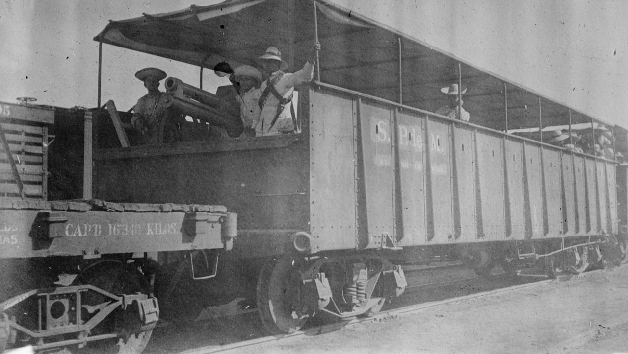 Valamikor 1910 és 1915 között, a mexikói–amerikai háború idején készült ez a kép egy páncélozott vagonról, amiben a lőállások mellett egy ágyú is helyet kapott.