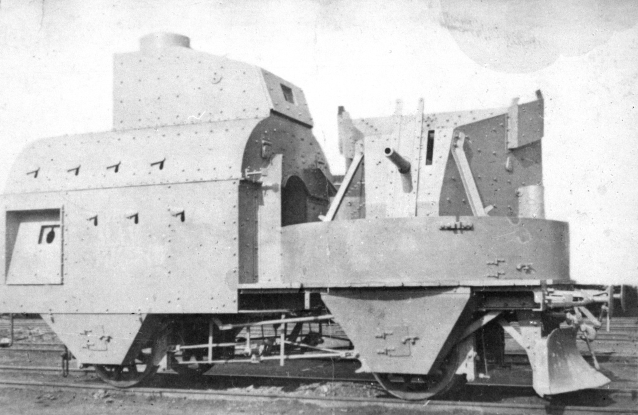 Mávag gyártmányú, osztrák-magyar, forgatható tornyú lövegkocsi 1915-ből. Jól megfigyelhetők a Schwartzlose géppuskák állásai és a lőrések a legénység puskáinak. A hazai terminológiában az ilyen lövegkocsikkal ellátott harci szerelvényeket nehéz páncélvonatnak hívták.