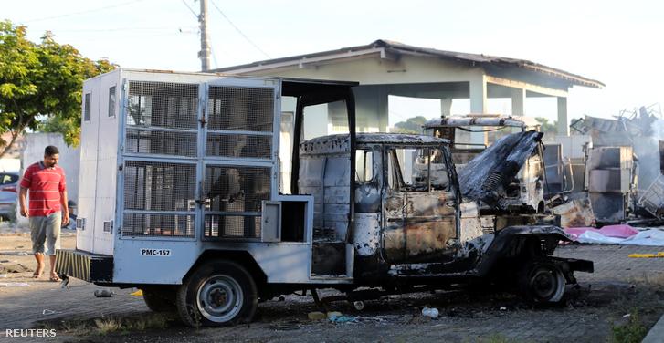 Kiégett teherautó egy állatkórháznál, ahol fosztogattak és gyújtogattak